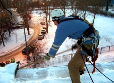 Как убрать снег с крыши дачи